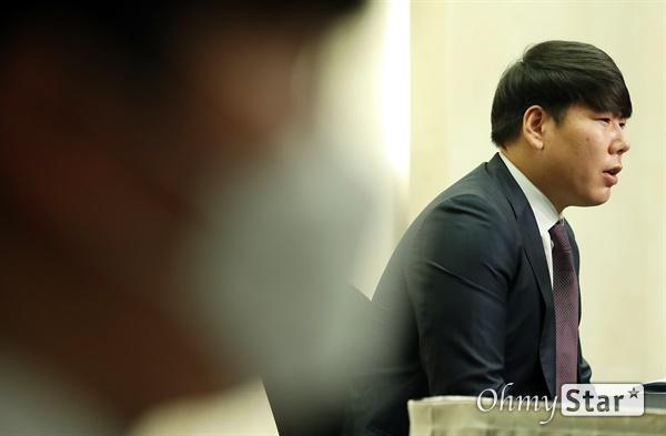 사과하는 강정호 KBO리그 복귀를 추진 중인 전 메이저리거 강정호 야구선수가 23일 오후 서울 마포구의 한 호텔에서 기자회견을 열고 과거 세 차례 음주운전 및 음주운전 뺑소니와 관련, 팬들에게 공식사과를 하고 있다.