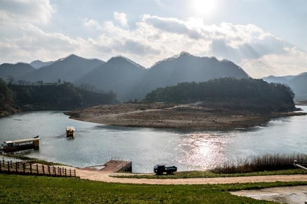 청령포 서강이 굽이도는 강 건너편 육지 속 섬 청령포 모습.