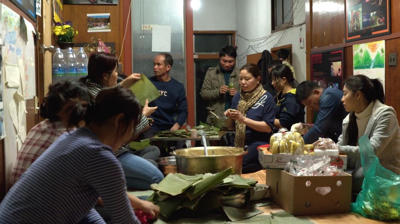함께 잔치 음식을 준비하는 줌머 난민들