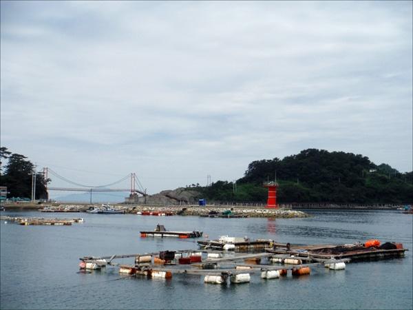 빨간 등대 있는 바다 풍경이 한 폭의 아름다운 그림이 되어. 오른쪽 섬이 만지도이다.
