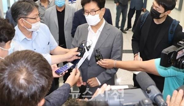 송도근 사천시장이 1심 선고 직후 언론과 인터뷰를 하고 있다.