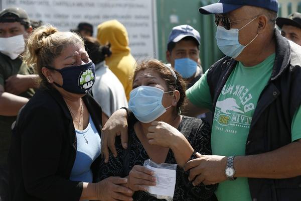 멕시코 수도 멕시코시티 인근 에카테펙 종합병원 밖에서 지난 5월 2일(현지시간) 신종 코로나바이러스 감염증(코로나19) 의심 환자 사망 소식을 전해 들은 고인의 유가족들이 오열하고 있다.