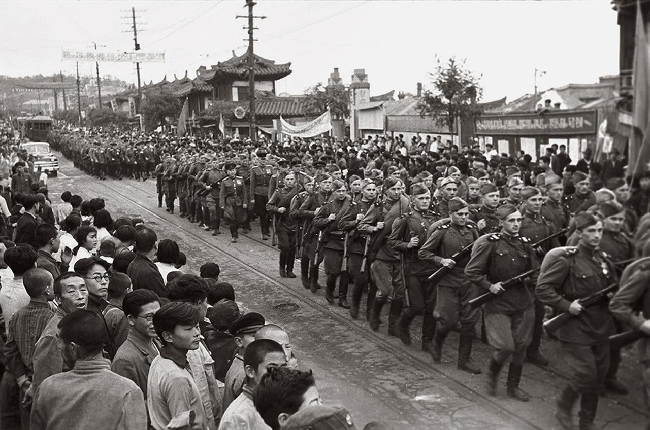 평양에 진주하는 소련군(1945. 8.).