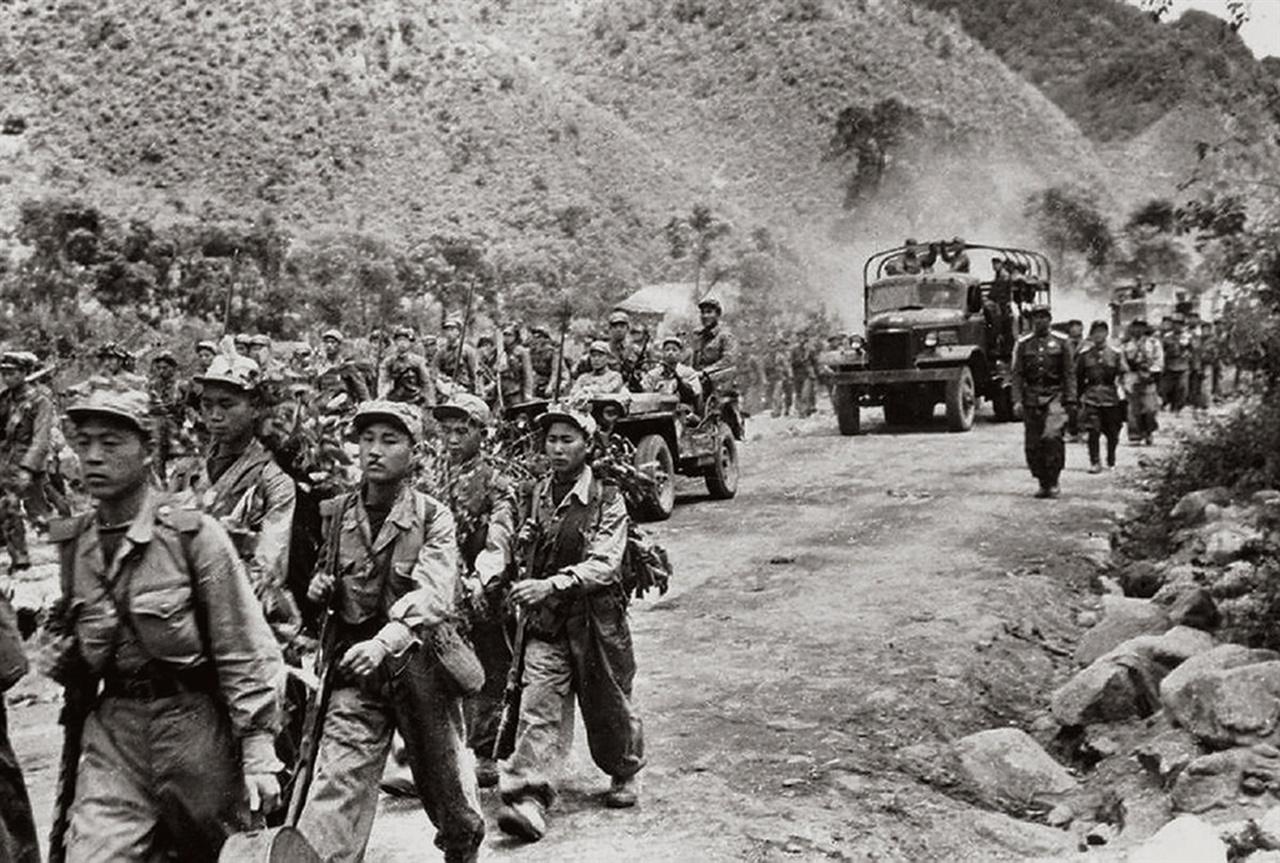 남진하는 인민군(1950. 6.).
