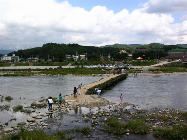 흥정천에 놓인 다리 풍경 흥정천에 징검다리와 섶다리를 이어서 놓은 풍경