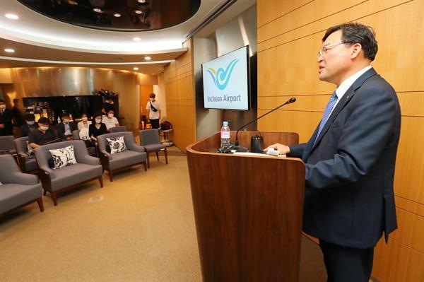 구본환 인천국제공항공사 사장이 22일 오후 인천국제공항 제1여객터미널 해당화실에서 1천900여명 보안검색 노동자들 직접 고용 관련 브리핑을 하고 있다.