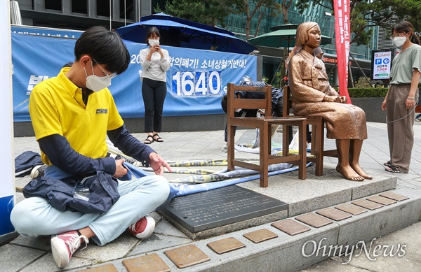 반아베반일 청년학생공동행동 소속 대학생들이 25일 오후 서울 종로구 옛 일본대사관 앞 소녀상에서 수요시위 중단과 소녀상 철거를 요구하는 보수단체들의 시위를 저지하기 위해 소녀상과 자신들의 몸에 끈으로 묶은 뒤 3일째 연좌농성을 벌이고 있다.