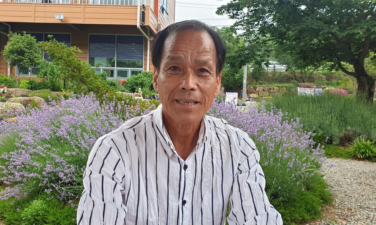 사라실 마을에 라벤더꽃을 심어 보라색 산골로 만든 김동필 마을가꾸기 추진위원장. 사라실 마을에서 나고 자란 토박이다.