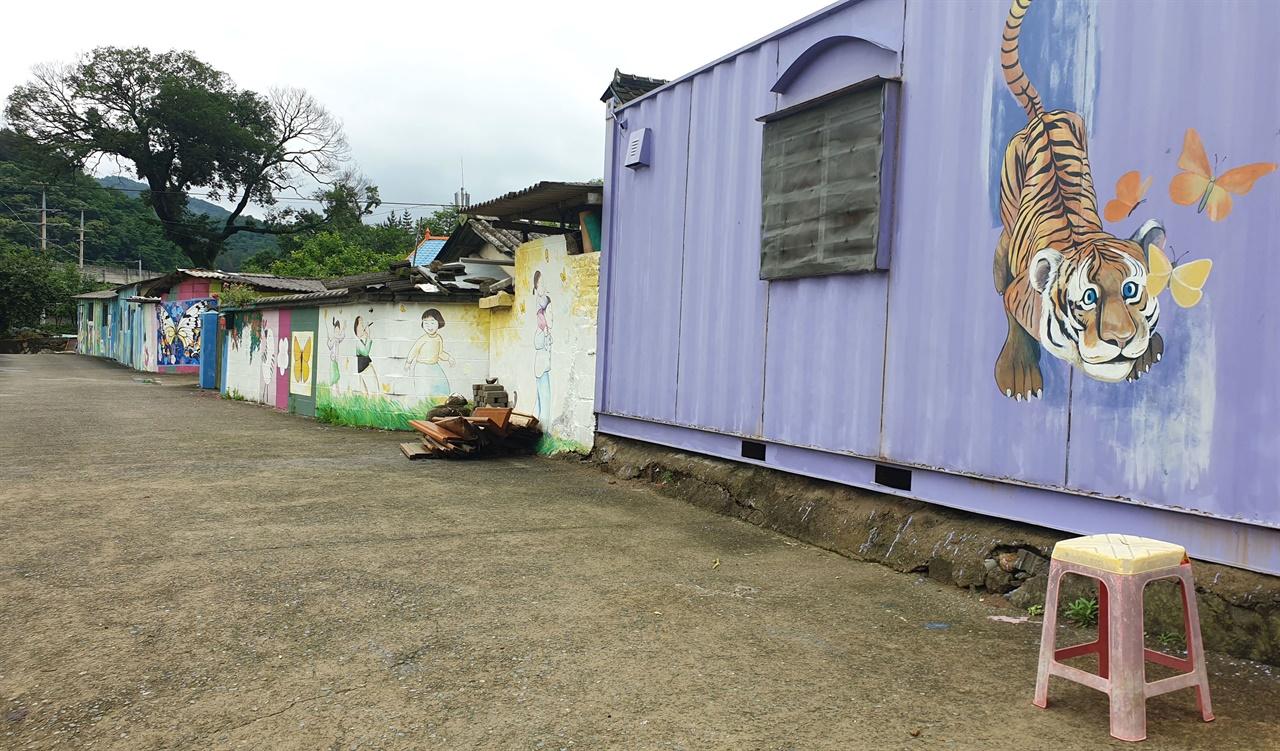 억만마을의 담장에 그려진 벽화. 사라실예술촌에 입주한 예술인들이 재능기부로 그렸다.