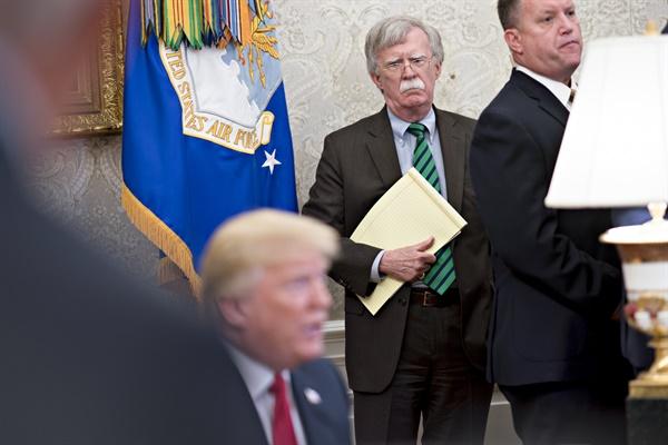 2018년 5월 17일(현지시간) 존 볼턴 당시 백악관 국가안보보좌관이 도널드 트럼프 미국 대통령의 발언을 듣고 있다.