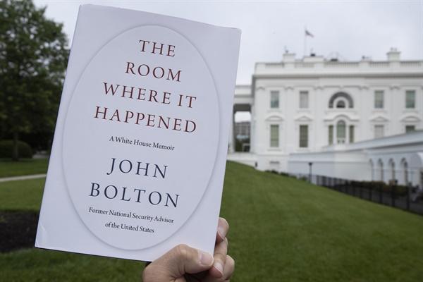 미국 백악관을 배경으로 18일(현지시간) 촬영된 존 볼턴 전 국가안보보좌관의 회고록 '그것이 일어난 방'의 표지.