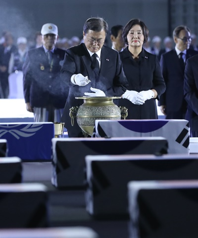 문재인 대통령과 부인 김정숙 여사가 25일 서울공항에서 열린 6·25전쟁 70주년 행사에서 유족과 함께 분향하고 있다.