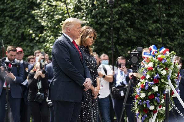 워싱턴DC 한국전기념비 앞에서 묵념하는 트럼프 대통령 내외  워싱턴DC 한국전기념비 앞에서 묵념하는 트럼프 대통령 내외