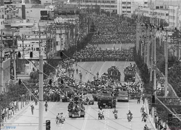 1987년 울산노동자대투쟁 당시 남목고개를 넘은 현대중공업 노동자들이 울산 시내로 진출하기 위해 지게차 등 중장비를 앞세워 현대자동차 울산공장 앞을 지나고 있다.