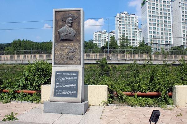 원태우 지사가 이토 히로부미를 공격했던 현장에 '의거지 표석'이 세워져 있다.