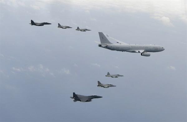북한에서 발굴돼 미국 하와이로 옮겨진 6·25전쟁 국군 전사자 유해 147구가 공군 공중급유기 시그너스(KC-330)로 24일 경기도 성남 서울공항에 도착했다. 하와이를 이륙한 시그너스는 이날 오후 한국방공식별구역(KADIZ)에 진입한 뒤 공군 전투기 6대의 엄호 비행을 받았다.