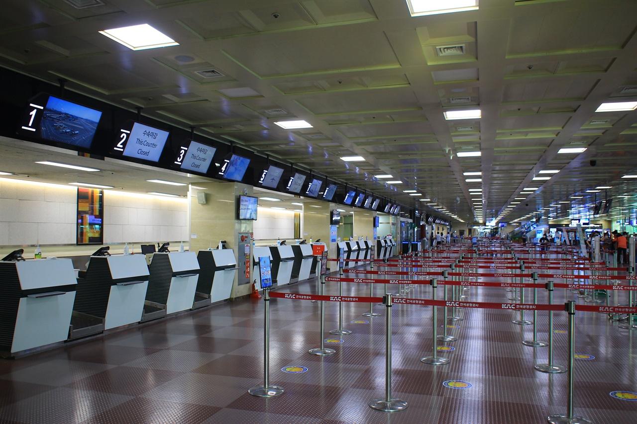 대구국제공항 1층 국제선 수화물 창구가 텅 비어 있는 모습