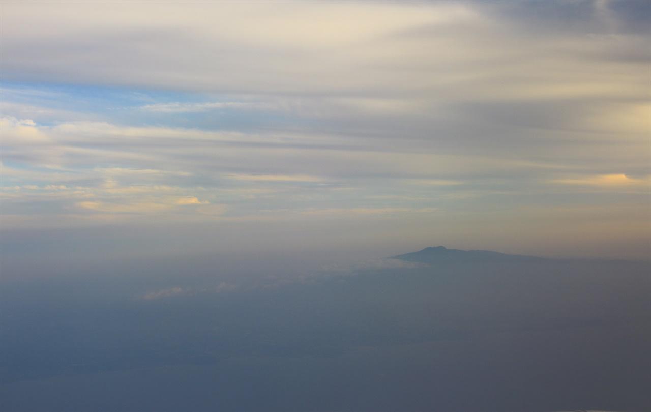 구름 위에 솟아있는 한라산의 모습