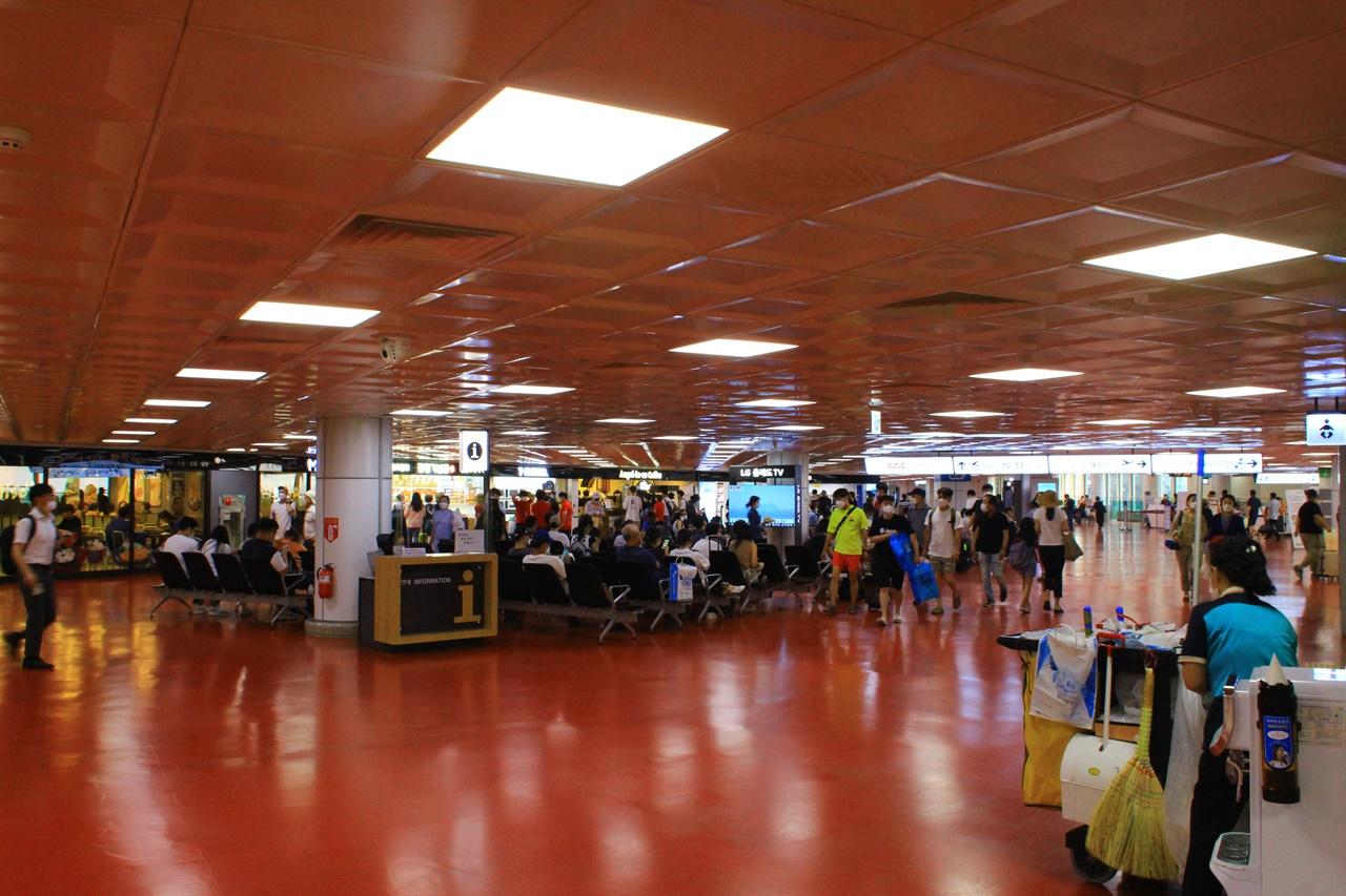 제주국제공항 국내선 대합실에 나들이객으로 붐비는 모습