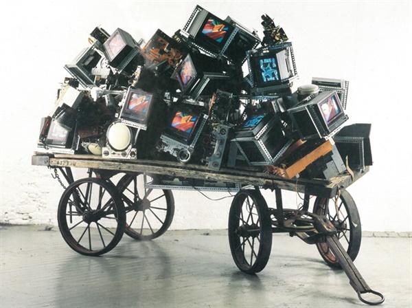 백남준 I '인도는 수레를 발명했지만 플럭서스는 인도를 발명했다' 406×160×233.7cm 1991. 백남준 갤러리현대 '예술과 통신(1995년 9월)' 전시 중 한 작품