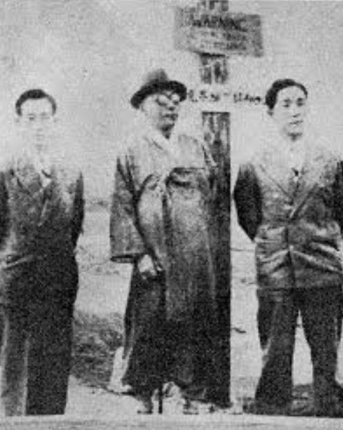 1948년 4월 19일, 남북협상을 위해 평양으로 가던 도중 38선 위에 선 백범 김구. 왼쪽은 비서 선우진, 오른쪽은 아들 김신