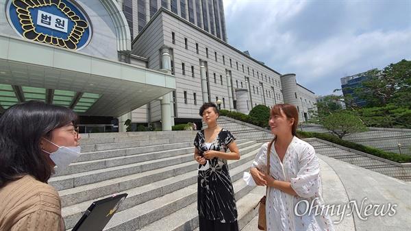 26일 '무용계 미투 사건' 항소심 선고공판이 열린 서울고등법원 앞에서 '무용인희망연대 오롯' 활동가 천샘(오른쪽)·권이은정(중간)씨가 강연주 <오마이뉴스> 기자(왼쪽)와 대화를 나누고 있다.