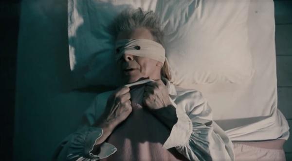 데이비드 보위의 'Lazarus' 뮤직비디오 중
