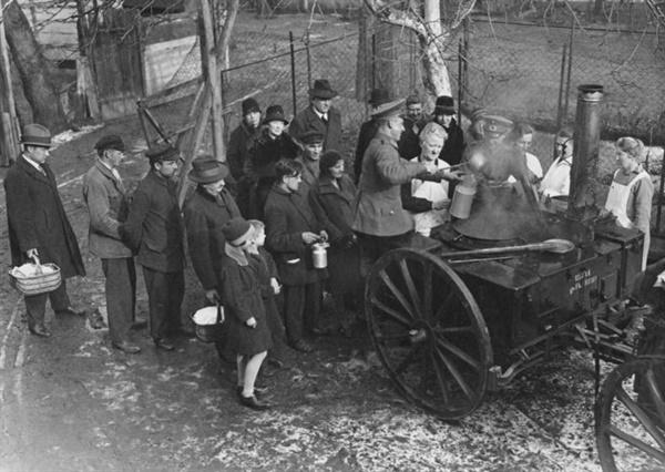 1931년 독일 베를린. 군대가 굶주린 시민들을 위해 배급하고 있는 모습.