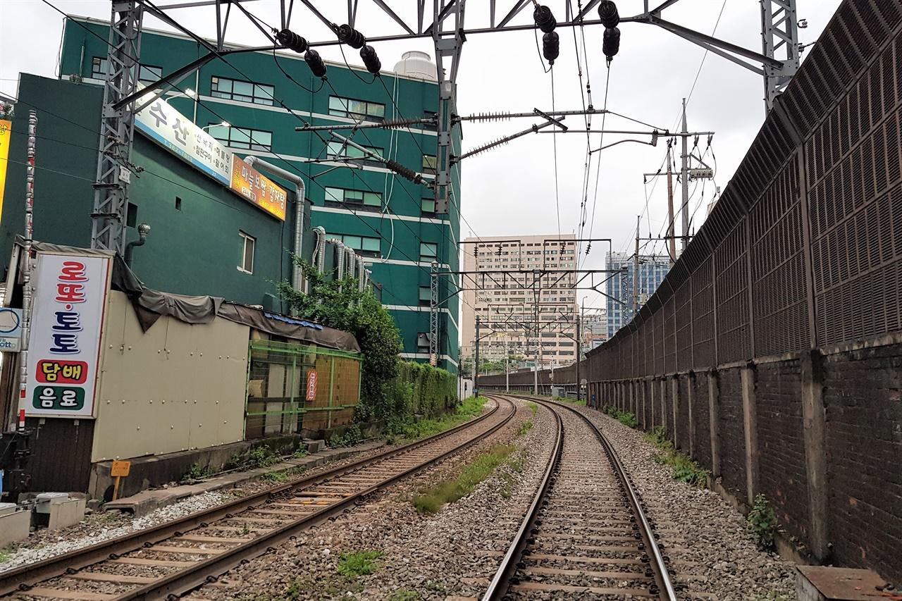 서대문정거장이 사라지고, 남대문정거장에서 바로 신의주, 나아가 중국까지 연결되는 철로가 개통되었다. 지금도 경의선 본선으로 남아있는 구간이다.