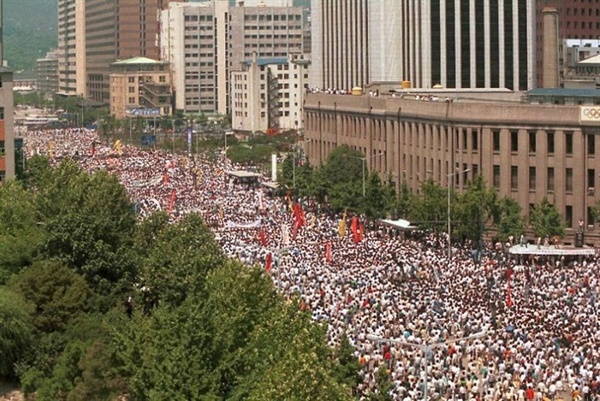 7월 9일은 이한열의 장례일이었다. 서울 중심가에 운집한 백만 인파