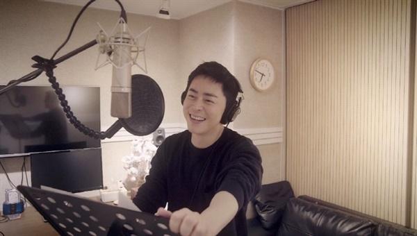 드라마 '슬기로운 의사생활' 주연을 맡은 조정석. 직접 '아로하'를 부르며 OST 제작에도 참여했다.