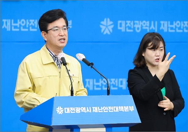 허태정 대전시장이 28일 오전 온라인 브리핑을 하고 있다.