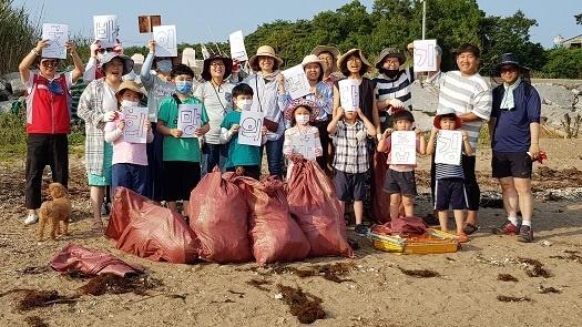 바다 쓰레기를 '줍깅'하고 난 뒤 기념촬영을 하고 있는 예산홍성환경운동연합 회원들
