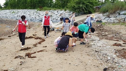 충남 홍성군 남당리 해안가에서 바다쓰레기를 줍고 있는 예산홍성환경운동 연합 회원들.