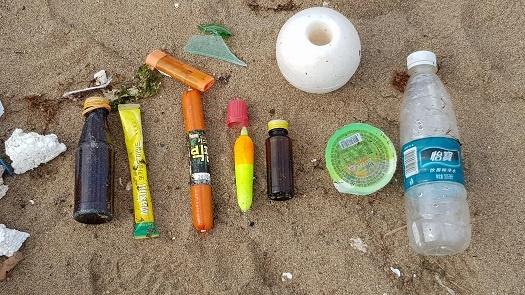쓰레기 중에는 중국 물병, 뜯지도 않은 커피믹스와 소시지, 낚시 도구 등 다양한 쓰레기가 나왔다.