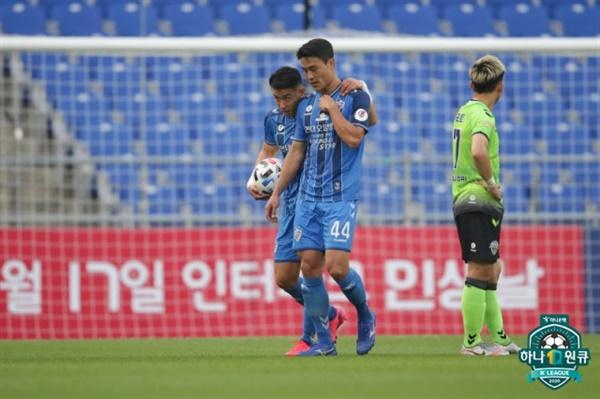 울산 김기희 울산의 김기희가 전북전에서 전반 26분 퇴장을 당했다. 수적인 열세 속에 울산은 전북에 0-2로 패했다.