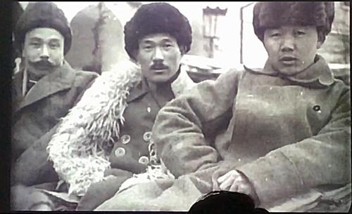 1922년 모스크바 극동인민대표대회에 참석할 당시 사진(출처 : 반병률 교수) 최운산 장군(가운데)으로 추정되는 사진 속 인물이 여운형(왼쪽)과 함께 한 사진이다. 이 사진을 입수 발굴한 반병률 교수는 최운산 장군(가운데)일 가능성을 배제할 수 없다고 했다.