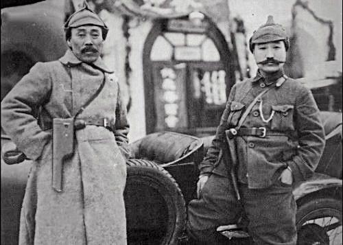 극동인민대표대회에 참석할 당시 홍범도 장군과 최진동 장군(오른쪽) (출처 : 반병률 교수) 레닌이 선물한 군복과 모자를 착용하고 권총을 앞에 걸고 기념 촬영한 홍범도 장군과 최진동 장군(오른쪽)
