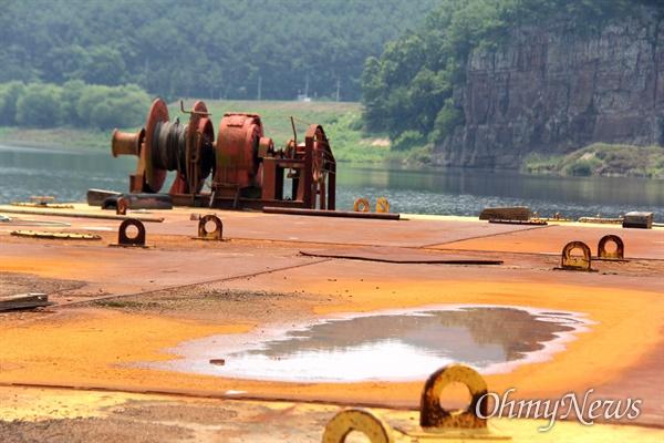 경남 창녕 유어면 쪽 낙동강에 폐바지선이 몇년째 방치되어 있다. 녹이 쓸고 기름이 훌러내려 강을 오염시키고 있다.