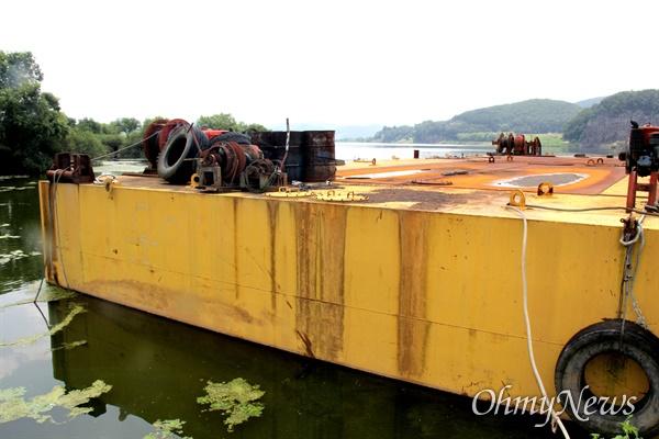 경남 창녕 유어면 쪽 낙동강에 폐바지선이 몇년째 방치되어 있다. 녹이 쓸고 기름이 훌러내려 강을 오염시키고 있다. 녹물과 기름이 흘러내린 자국이 선명하다.