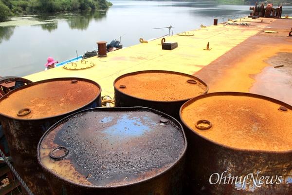 경남 창녕 유어면 쪽 낙동강에 폐바지선이 몇년째 방치되어 있다. 녹이 쓸고 기름이 훌러내려 강을 오염시키고 있다. 사진은 기름통.