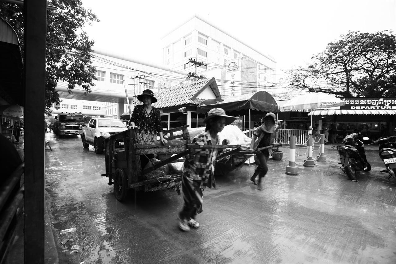 캄보디아 포이펫에서 마주친 가난한 노동자들.