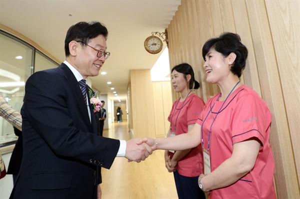 이재명 경기도지사가 경기 여주공공산후조리원을 방문해 관계자들과 인사하고 있다.
