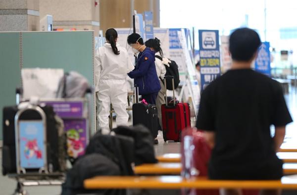 해외유입 감염자 확산 코로나19 신규 확진자 46명 중 해외 유입 확진자가 30명으로 집계된 23일 오후 인천국제공항에서 관계자들이 해외 입국자들을 안내하고 있다.