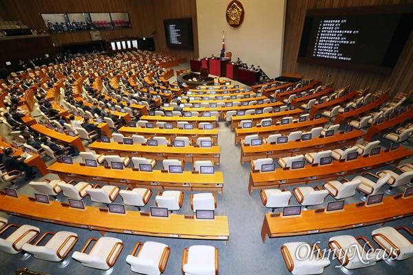 이번에도 '반쪽' 국회 제21대 국회 원구성을 마무리하기 위해 29일 오후 서울 여의도 국회에서 열린 본회의에 미래통합당 등이 불참해 자리가 비어 있다. 더불어민주당과 열린민주당 등 의원들은 이날 회의에 참석해 상임위원장 선출을 위한 투표에 참여중이다.