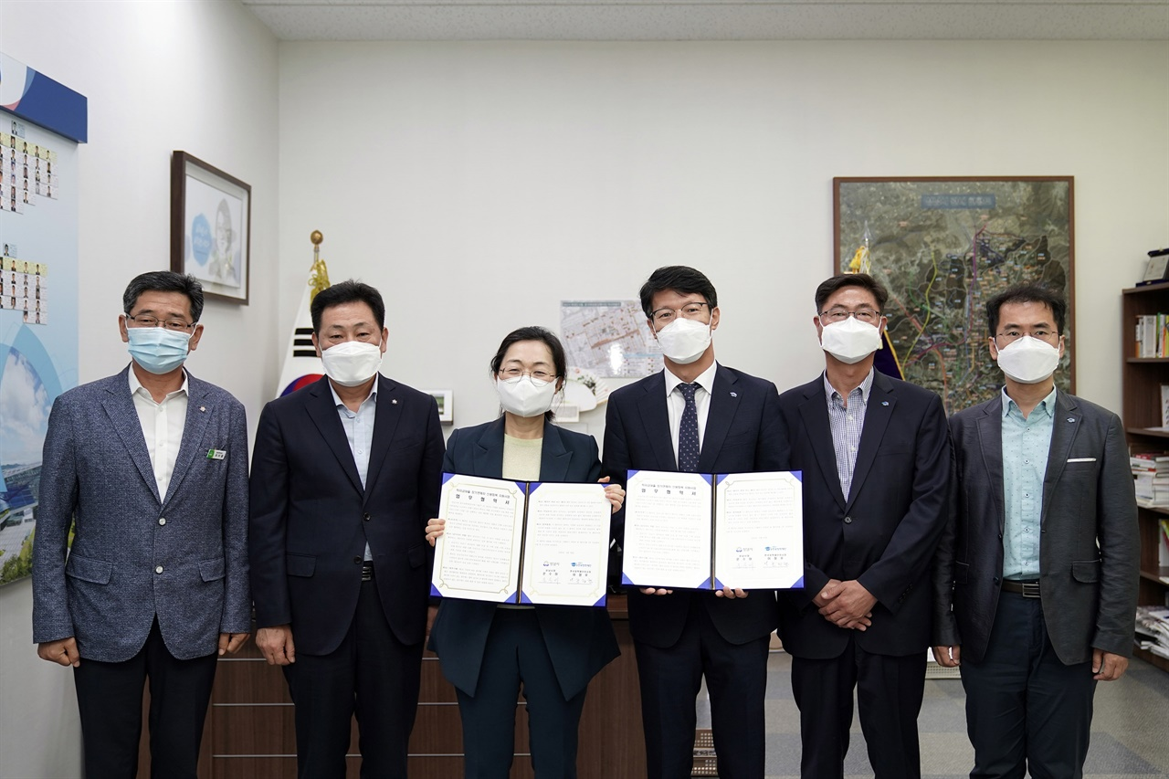 성남시가 한국장학재단과 '학자금 대출 청년 장기연체자 신용회복 지원사업을 위한 업무협약'을 체결한 후 기념촬영을 하고 있는 모습