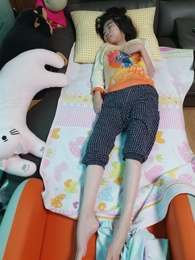 김유진씨 코로나19로 복지센터가 문을 닫은지 5개월이 지났다. 발달장애인 김유진씨는 대부분의 시간을 집안에서 보낸다.