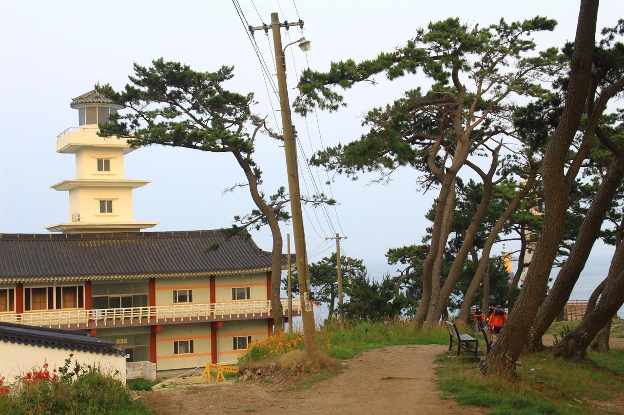 2001년 해양수산부에서 감은사지 삼층석탑을 형상화하여 세운 송대말 등대 모습