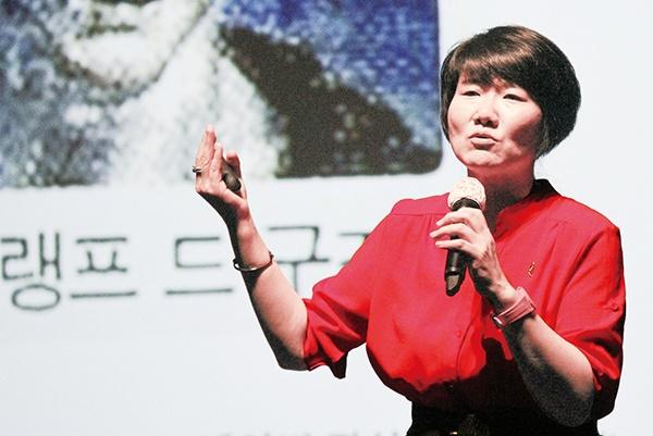 김명륜 강사가 성인지감수성 강의를 펼치고 있다.