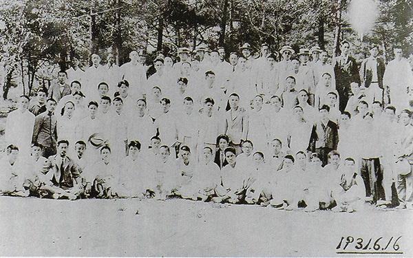 <광주학생독립운동사>(사단법인광주학생독립운동동지회, 2012년판)에 실려 있는 사진이다. 촬영일은 1931년 6월 16일로, 책의 사진 아래에는 대구형무소에 갇혀 옥중 생활을 한 뒤 출옥한 광주지역 학생들이 대구 달성공원에서 기념촬열을 했다는 설명이 붙어 있다.
